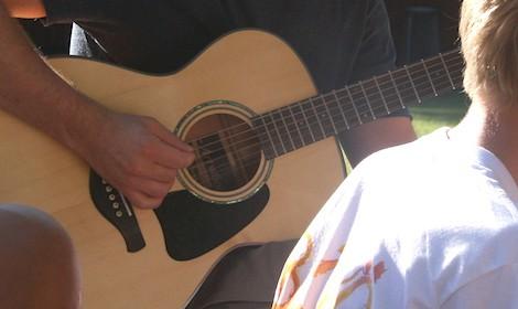 Gitarr och musik. Bild: Helga Trefaldighets församling, Björkölägret 2012.